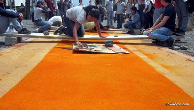 Making a sawdust alfombra