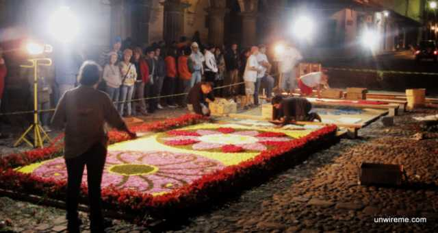 Floodlights help alfombra makers at night