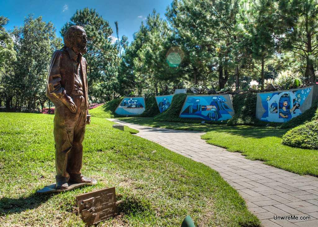 Efrain Recinos sculpture